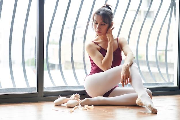 美しいエレガントなバレエダンサー