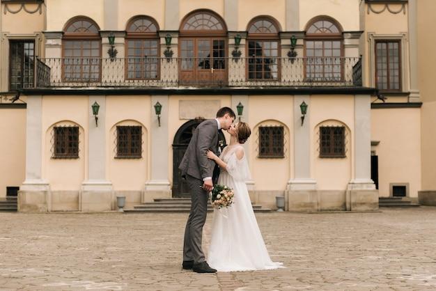 ヨーロッパの結婚式を愛する新婚夫婦の美しいエレガントなカップル