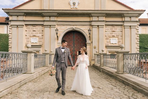 恋に新婚夫婦の美しいエレガントなカップル