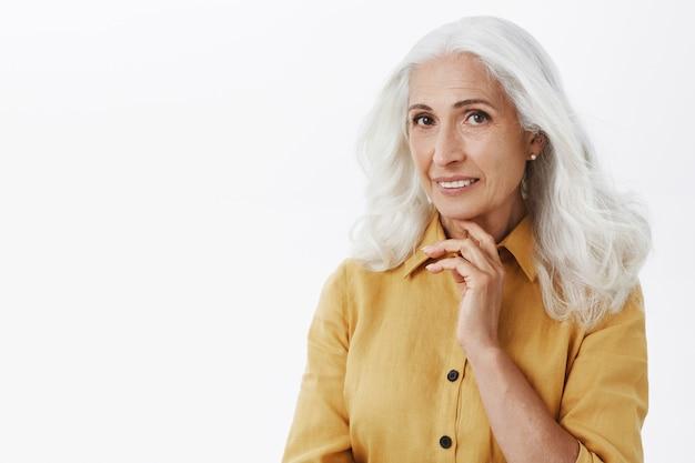 優しい笑顔の美しいエレガントな年配の女性