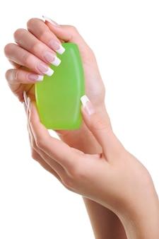 美しいエレガントな女性の手が石鹸を保持します