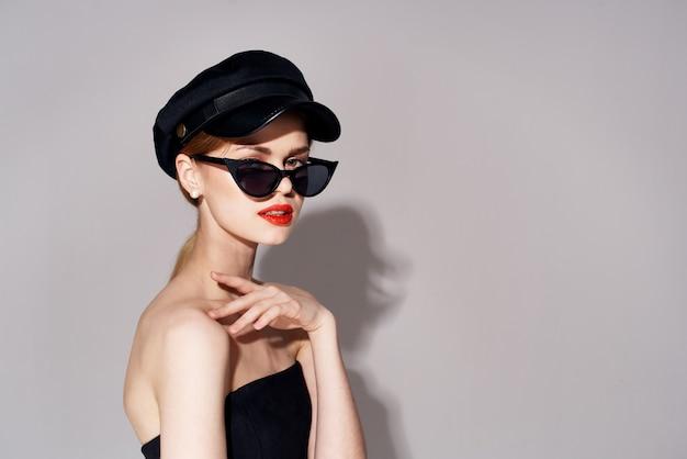 Красивая элегантная женщина солнцезащитные очки косметика роскошные светлые волосы. фото высокого качества