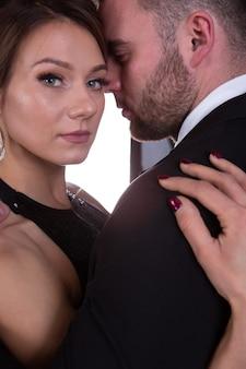 優しく抱きしめる愛の美しいエレガントな若いカップル