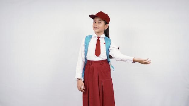 白い背景で隔離幸せな感じの美しい小学生女子
