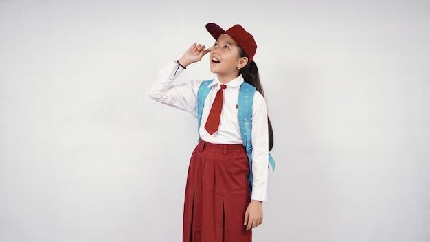 白い背景で隔離の良いアイデアを考えている美しい小学生女子