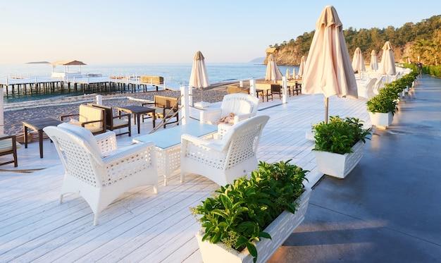 アマラドルチェヴィータラグジュアリーホテルのウォーキングとスポーツのための美しい堤防。アラニヤトルコ。