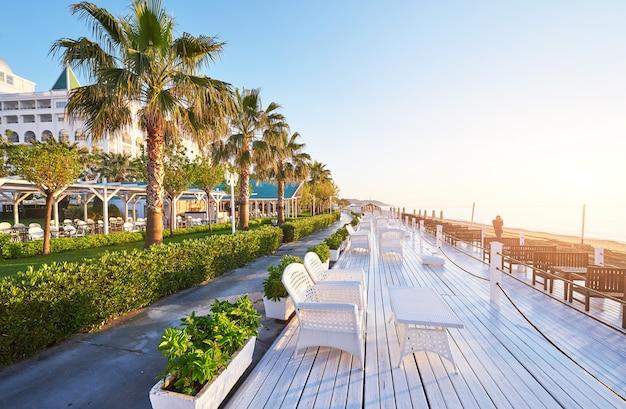 Amara dolce vita luxury hotel의 산책과 스포츠를 즐길 수있는 아름다운 제방.