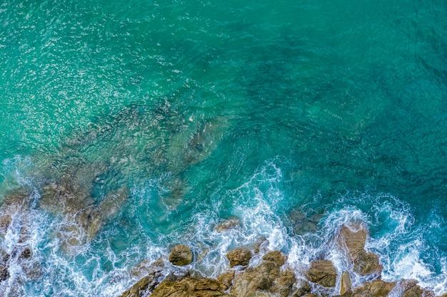 美しいエメラルドの海と海の波の石の上からの眺め