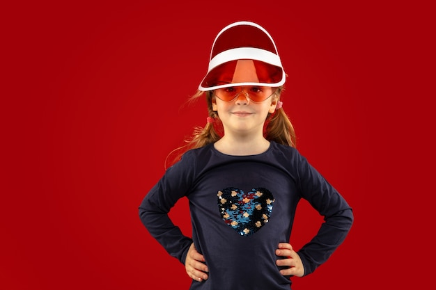 赤いスタジオで隔離の美しい感情的な少女
