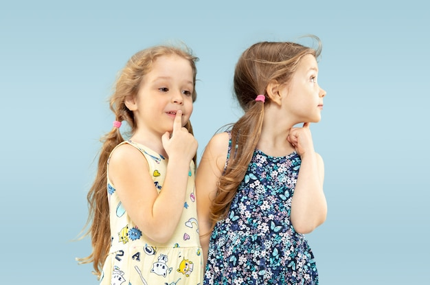 Belle bambine emotive isolate sull'azzurro