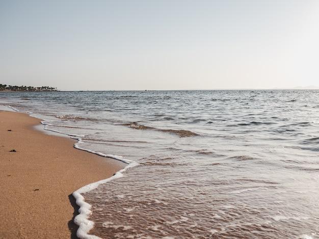 Красивый пустой пляж.