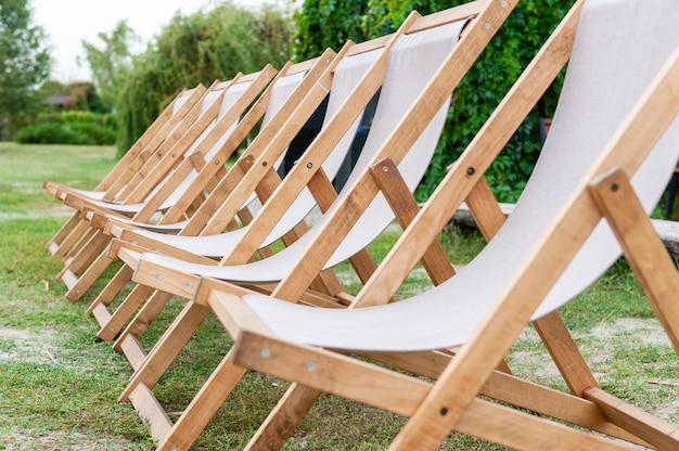 Красивые пустые роскошные стулья на зеленой природе на открытом воздухе