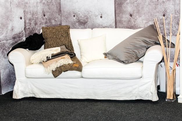 Красивый пустой диван в современной комнате