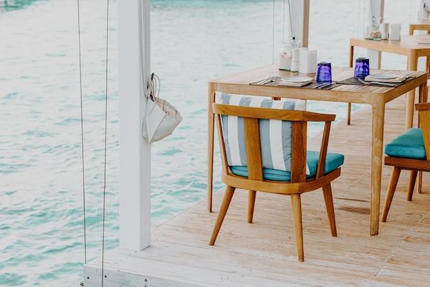 Красивые пустые украшения стола и стульев в ресторане