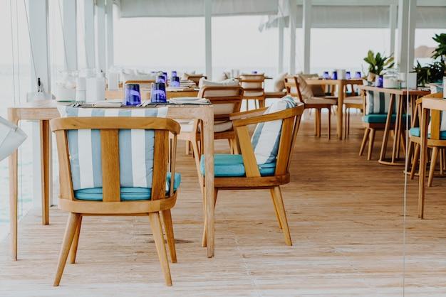 Красивый пустой стол и украшение стула в ресторане