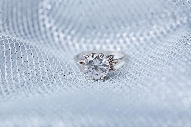Красивое обручальное кольцо на плетеной ткани