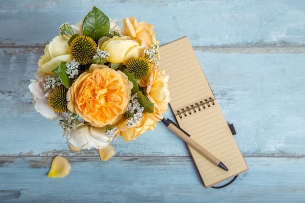 나무 배경에 아름다운 영국 장미 꽃다발입니다. 공간을 복사합니다. 어머니, 발렌타인, 여성, 결혼식 날 개념.