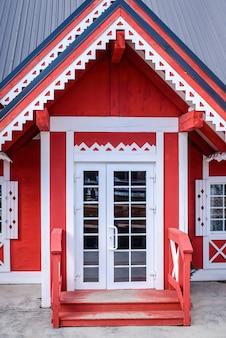 赤い木造住宅への美しい入り口