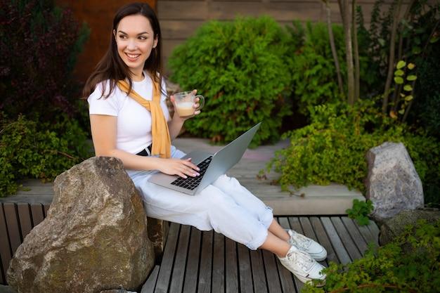 Красивая европейская молодая женщина, работающая за компьютером во время фриланса.