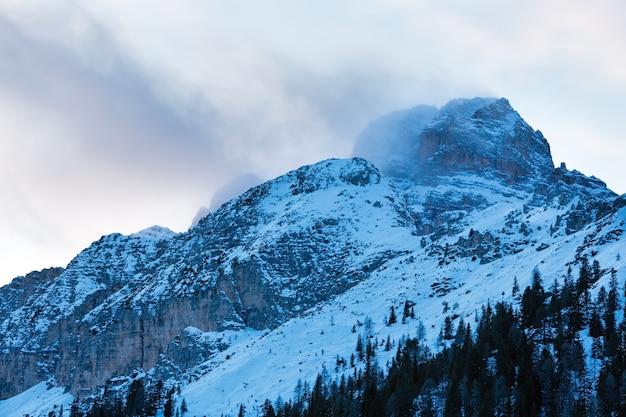 Красивый вечерний пасмурный зимний горный пейзаж (италия).