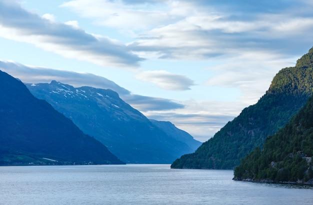 Прекрасный вечерний вид на хардангер-фьорд (одда, норвегия).