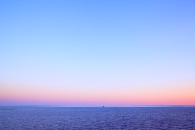Красивый вечерний пейзаж с морским горизонтом и чистым небом, естественный фото фон