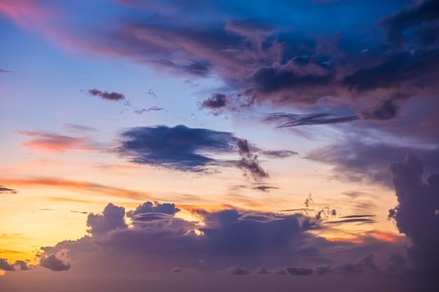 雲、夕日、抽象的なぼやけた背景と美しい夕方の空。