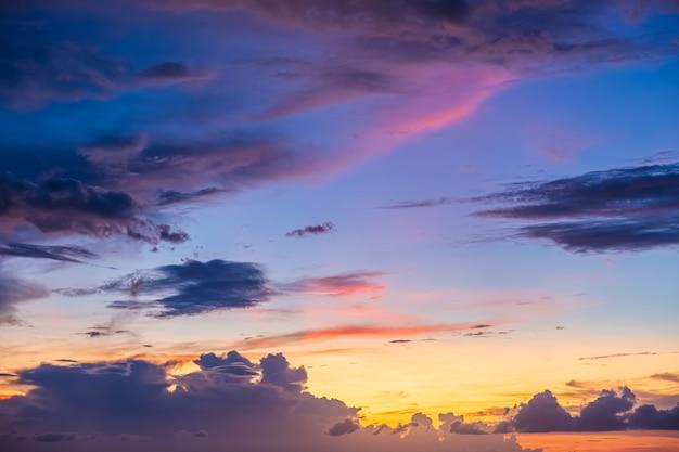 雲、夕焼け、抽象的なぼやけた美しい夕方の空。