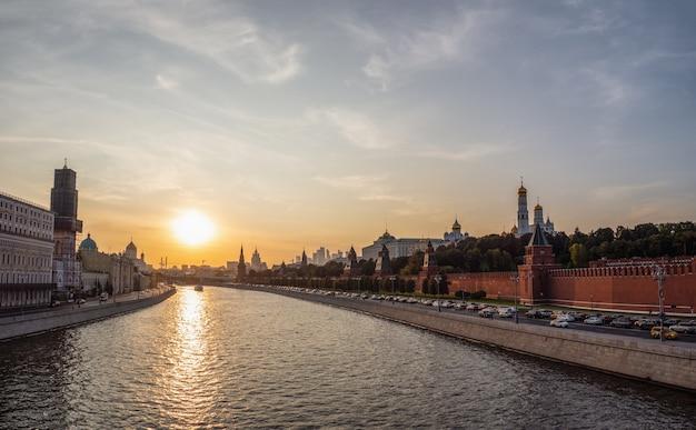 モスクワ川と建築物群の美しい夜景
