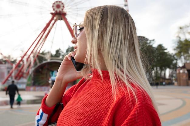 여름에 놀이 공원에서 재미 아름다운 종료 웃는 관광 여자
