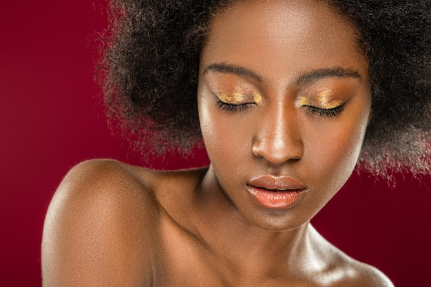 美しいアイシャドウ。彼女の美しい化粧を見せながら目を閉じて楽しい魅力的な女性