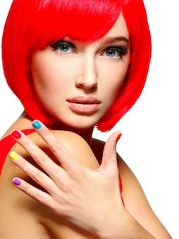 Красивое лицо девушки со стильными разноцветными ногтями.