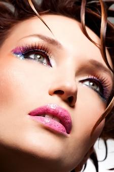 Красивое лицо гламурной женщины с модным ярким макияжем