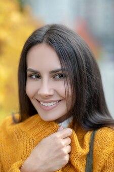彼女の感情を示しながら幸せな若い女性の美しい顔