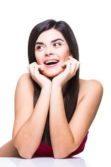Красивое лицо молодой взрослой женщины с чистой свежей кожей, изолированной на белом