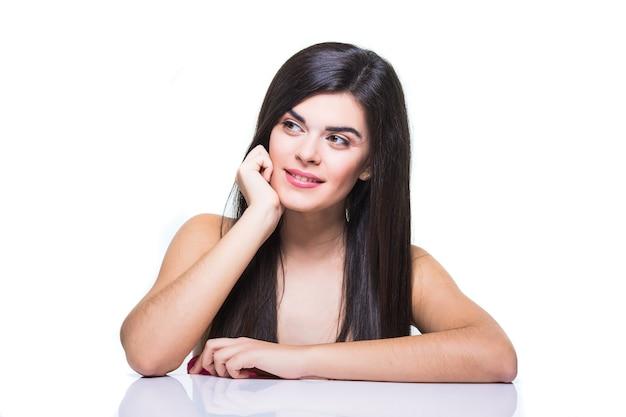 白で隔離のきれいな新鮮な肌を持つ若い大人の女性の美しい顔