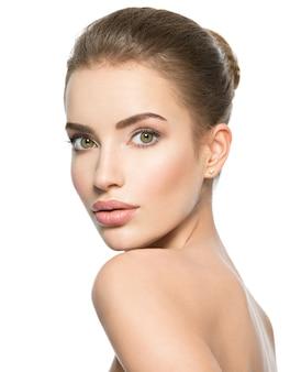完璧な健康新鮮な肌を持つ若い白人女性の美しい顔