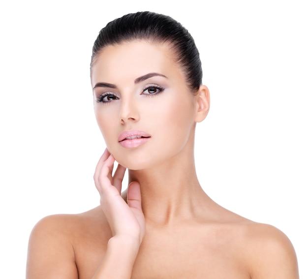 新鮮で健康な肌を持つ少女の美しい顔-白で隔離