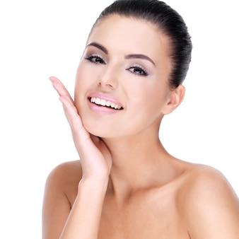 깨끗하고 신선한 피부를 가진 젊은 웃는 여자의 아름다운 얼굴-흰색에 고립