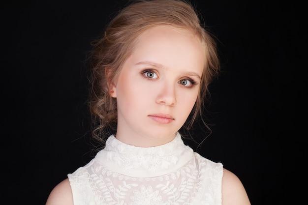 깨끗하고 신선한 피부를 가진 젊은 여자의 아름 다운 얼굴. 아름다움 초상화. 순수한 뷰티 모델. 청소년 및 피부 관리 개념