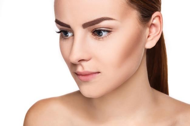 깨끗하고 신선한 피부를 가진 젊은 여자의 아름 다운 얼굴 가까이에 고립 된 흰색. 아름다움 초상화. 완벽한 신선한 피부. 순수한 뷰티 모델. 청소년 및 피부 관리 개념