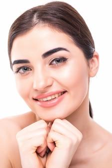 Красивое лицо молодой женщины с чистой свежей кожи крупным планом на белом. портрет красоты. концепция ухода за кожей и косметология