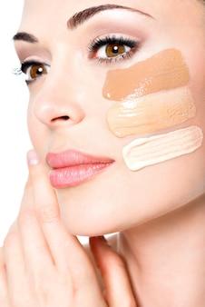 피부에 화장품 기초와 젊은 여자의 아름 다운 얼굴. 미용 치료 개념 무료 사진