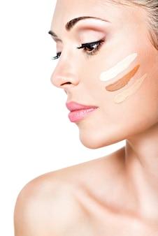 피부에 화장품 기초와 젊은 여자의 아름 다운 얼굴. 미용 치료 개념