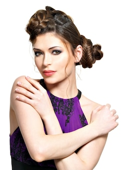 白で隔離ピグテールデザインのスタイリッシュな髪型を持つ若い女性の美しい顔