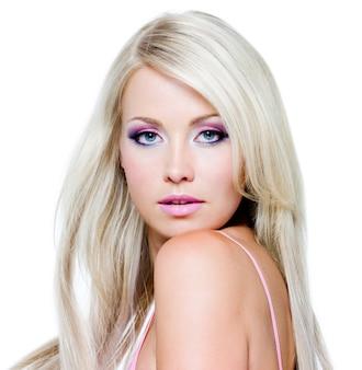 Красивое лицо с насыщенными цветами макияжа и прямыми длинными волосами.