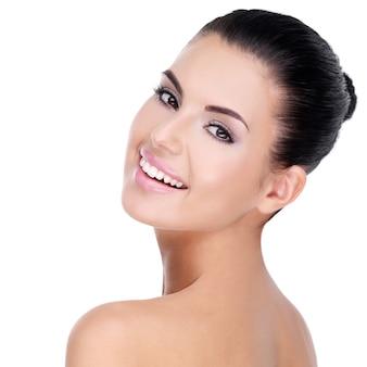 Bel viso di giovane donna con pelle fresca pulita - isolato su bianco