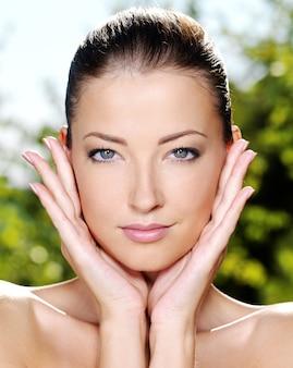 Bel viso di una giovane donna con la pelle fresca e sana.
