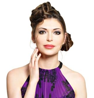 Bel viso di giovane donna con acconciatura alla moda con design trecce isolato su bianco