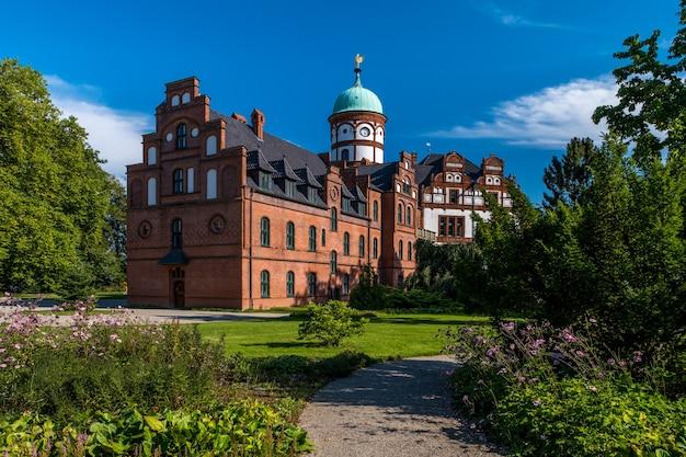 Красивый сказочный замок вилиграда в летний день.